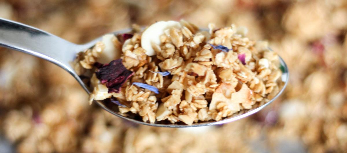Sommerliches Granola mit getrockneten Blüten